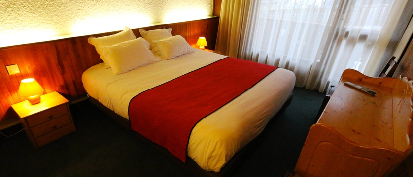 france_three-valleys-ski-area_courchevel_hotel-edelweiss_bedroom.jpg